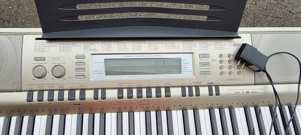 Casio Wk-200 Keyboard With Stand.