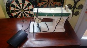 Singer sewing machine in case OLD for Sale in Raleigh, NC