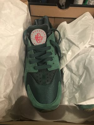 Custom Ordered Nike Huarache university green men's size 8 women's size 9. for Sale in Washington, DC