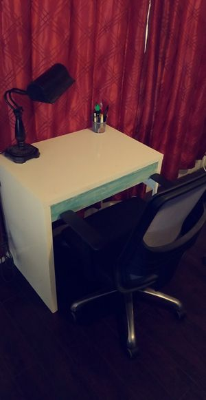 Photo White Desk and Chair
