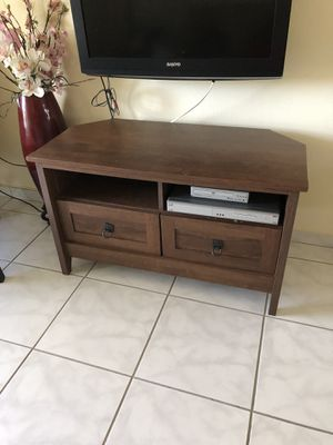 Corner tv stand for Sale in Lake Wales, FL