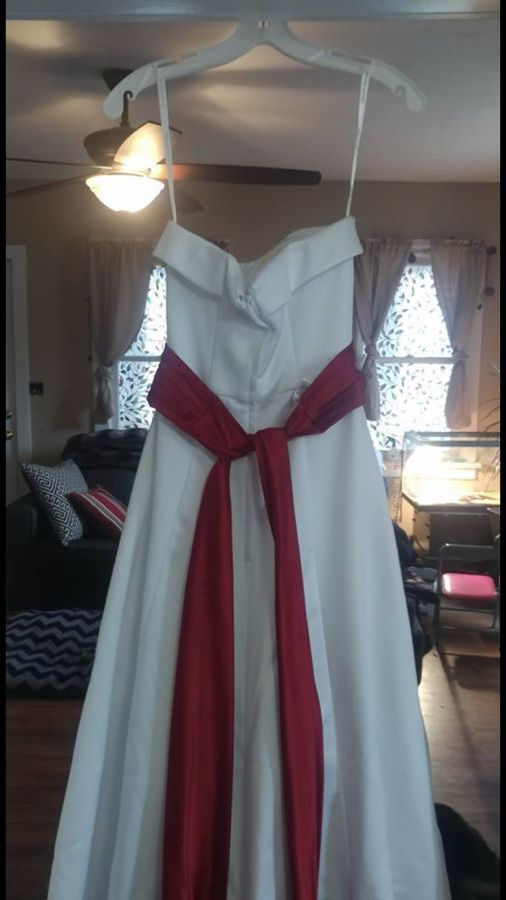 Size 2 wedding dress with red shash (Clothing & Shoes) in New Castle ...