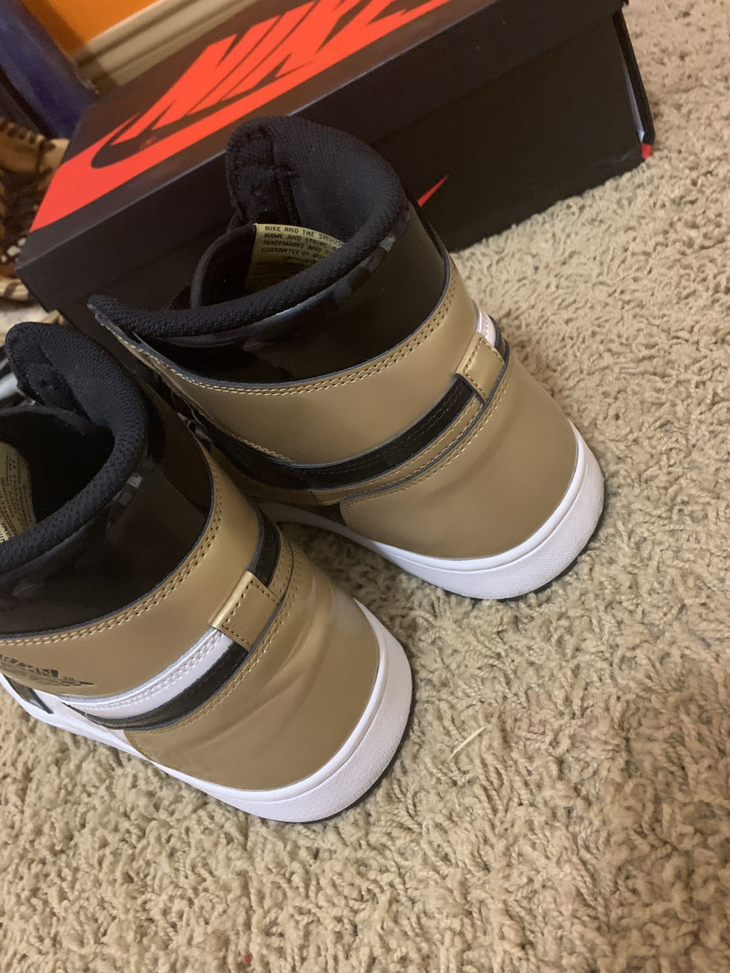 Gold Toe Jordan 1 High DS with box and laces