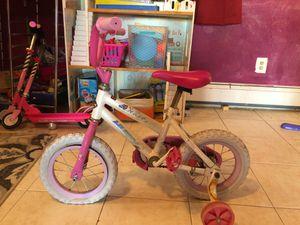 Photo Toddler pink and white huffy bike