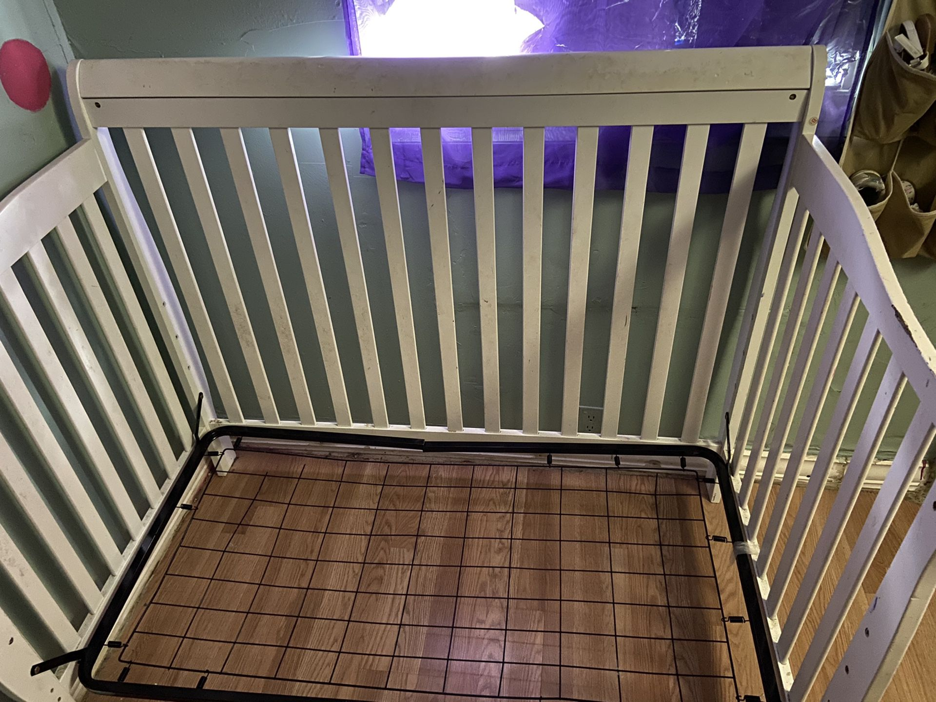 Crib converts to full bed or todler bed needs paibt has biting on one rail