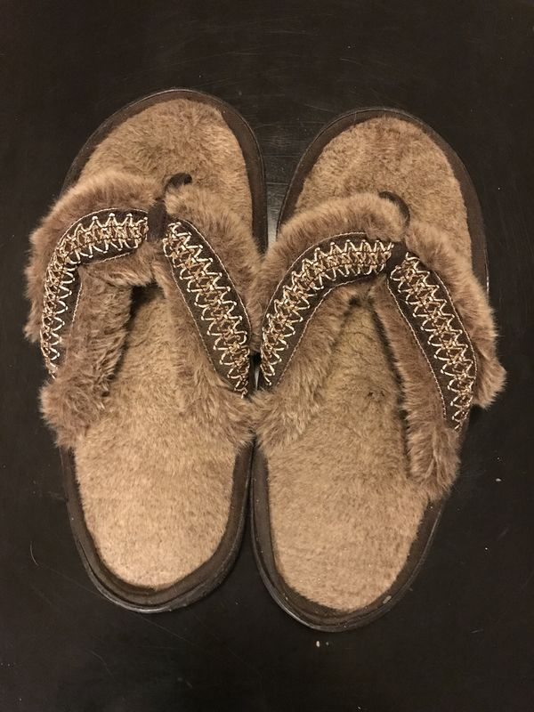 4951ad3db202 Isotoner foam padded furry flip flops for Sale in Murrieta