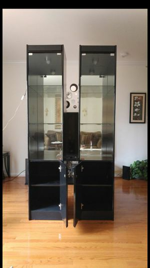 2 vitrinas con luz excelente condicion.. for Sale in MONTGOMRY VLG, MD