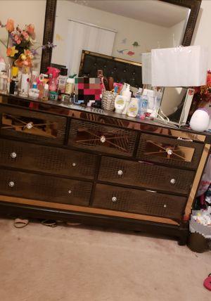 Queen size Bed and dresser for Sale in Manassas, VA