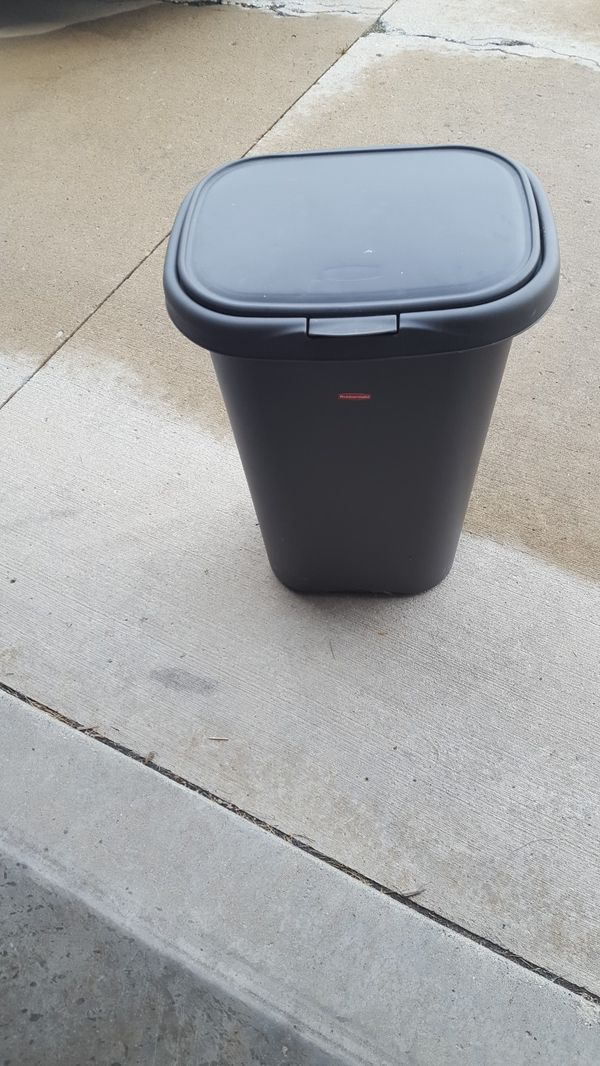 Rubbermaid kitchen garbage can for Sale in Fort Wayne, IN - OfferUp