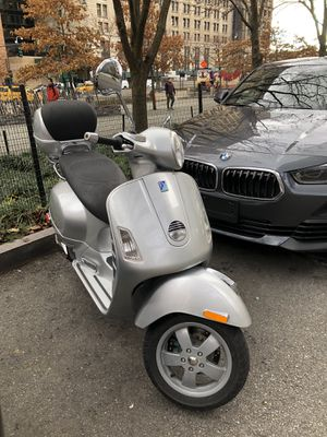 Vespa 250 GTS I.e - silver with vespa case and 2 helmets for Sale in BOWLING GREEN, NY