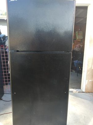 General Electric Refrigerator w/ Freezer for Sale in Pomona, CA