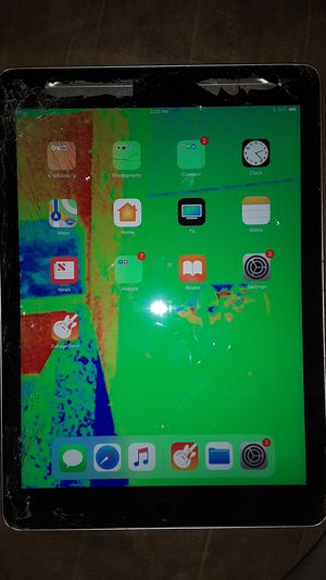 32 GB Ipad (Works fine, just left side cracked) Best offer for Sale in Des Moines, IA