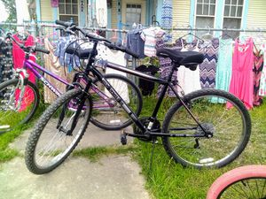 Photo Roadmaster granite peak 18 speed mountain bike. 26 tires
