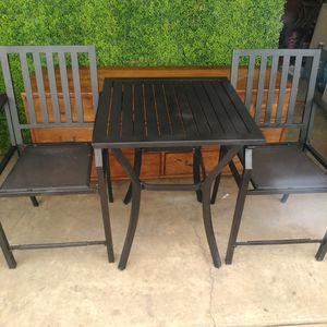 Photo Outdoor patio table with two chairs