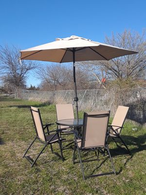 Photo Patio Table with umbrella and 4 chairs in good condition 120.