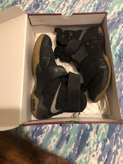 Lebron sneakers Thumbnail