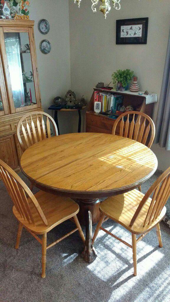 Soild oak dinning room table with leaf