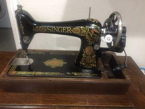 Photo Singer handcrank sewing machine model 66 in bentwood case