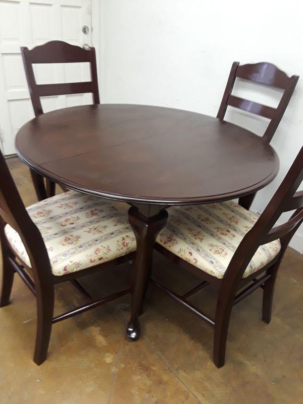Hermoso comedor de madera muy masiza..sillas i mesa estan muy masiza ...