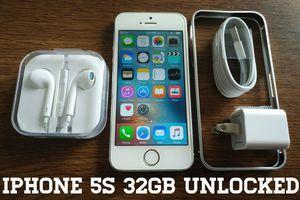 Silver Iphone 5S UNLOCKED 32GB w/ Accessories for Sale in Arlington, VA