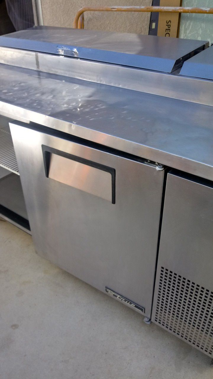 Pizza prep table 3 door refrigerated base