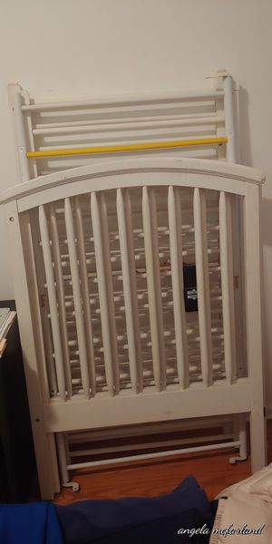 Baby crib that turns into a day bed for Sale in Chicago, IL