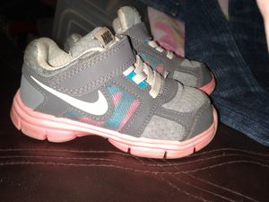 Photo Brand new little girls Nike size 7 shoes