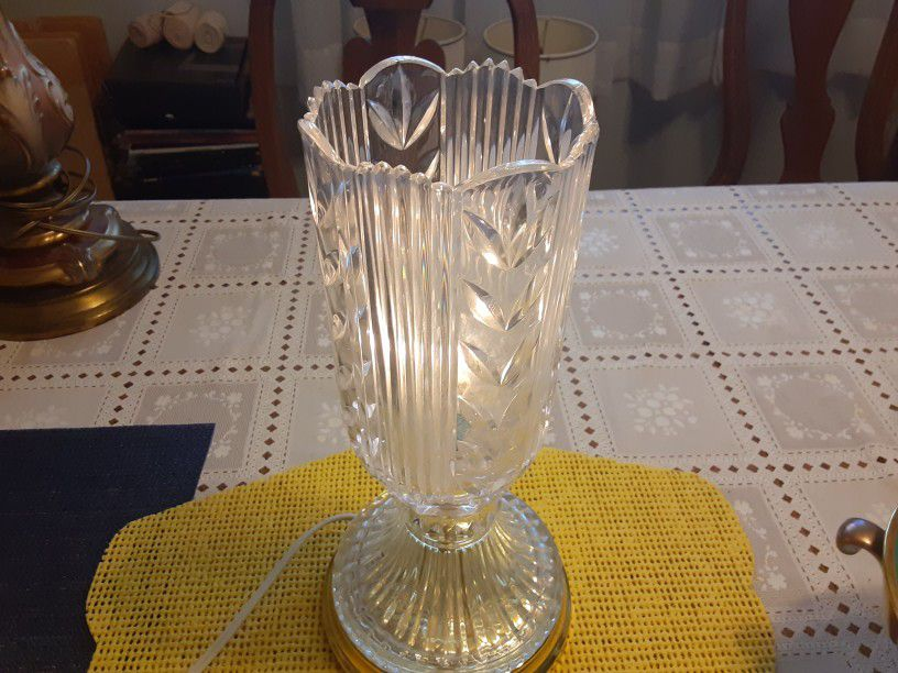 14INCHES TALL REALLY  BEAUTIFUL LOOKING VINTAGE  CRYSTAL GLASS LAMP