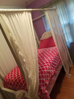 Canapé White Twin Bed for Sale in Fishersville, VA