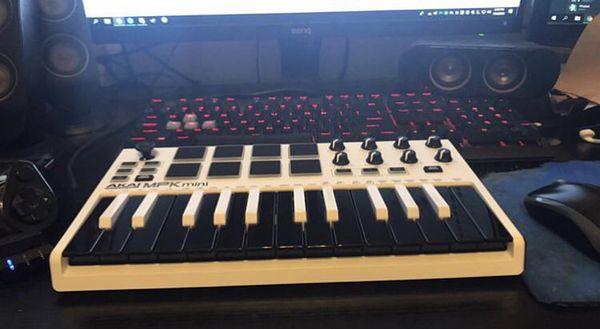 Akai Professional Mpk Mini Mkii White   25-Key Ultra-Portable Usb Midi  Keyboard for Sale in Castro Valley, CA - OfferUp