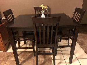Photo Counter height table w/4 chairs