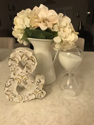 Pretty hourglass with white sand. Gorgeous on any table or desk. Kids will love flipping it. for Sale in Pembroke Pines, FL