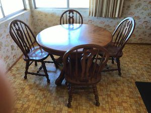 Solid oak dining room table. Extra leaf and 6 chairs for Sale in Chula Vista, CA