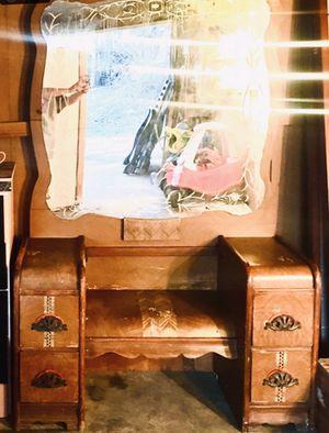 Photo Vintage makeup vanity with mirror