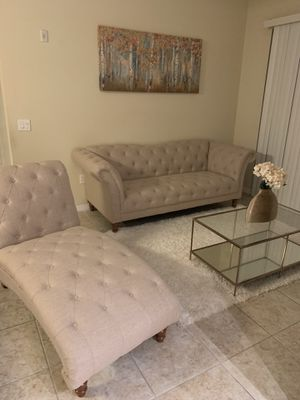 Photo Living room furniture with coffee table, wall art and area rug