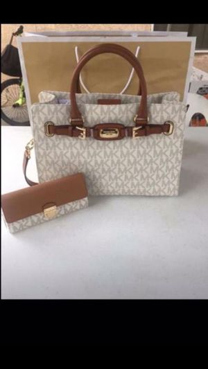 MICHAEL KORS SET NWT🌹🌷🌹🌷 Pick up location in the city of Pico Rivera. Serious inquiries only. Pick up in the city of Pico Rivera. for Sale in Pico Rivera, CA