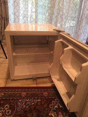 Small refrigerador & Desk for Sale in Gaithersburg, MD