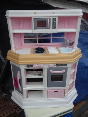 Photo Little Girls Play Kitchen, Only the kitchen faucet is missing it shows in photos 20. ( 29 w x 39 tall )