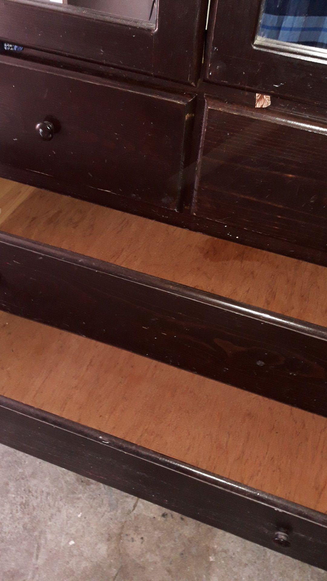 """Armario usado buenas condiciones. 75 de alto """" pulgadas × 48 de ancho de largo de la pared al frente 19 1/2""""."""