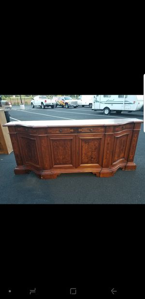 8ft long buffet server comes with key. In excellent condition for Sale in Chantilly, VA