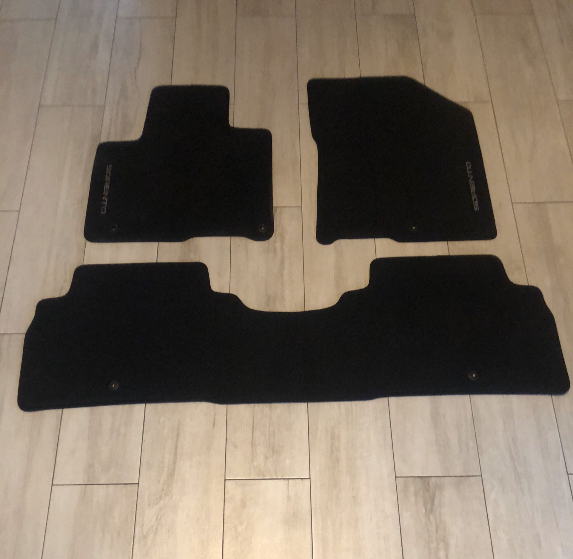 Kia Sorento 2015-2019 floor mats OE set only $80 complete set front and rear