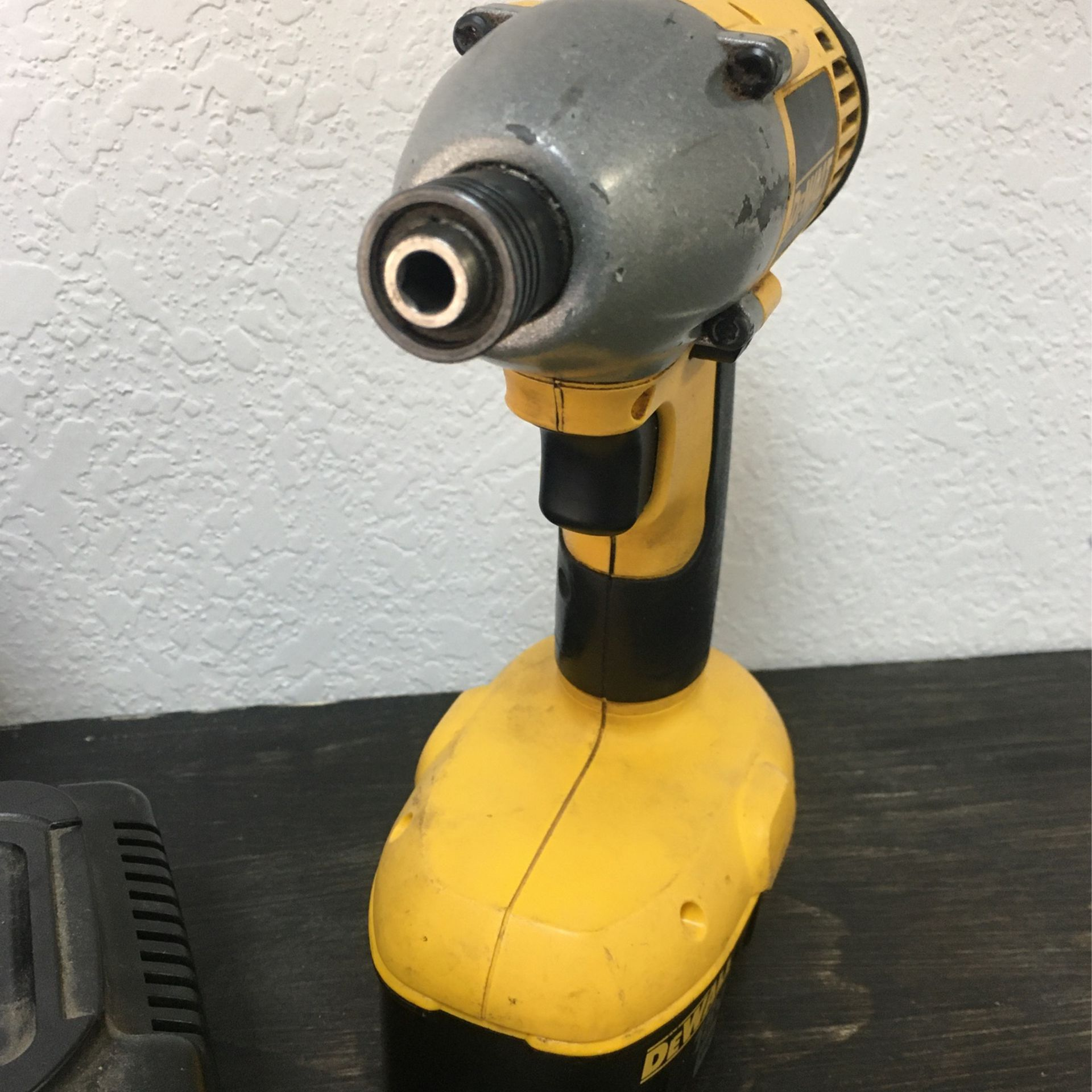 DEWALT Impact Wrench And Driver 18v Cordless With Charger Industrial Tool Set With Bag BCP008847
