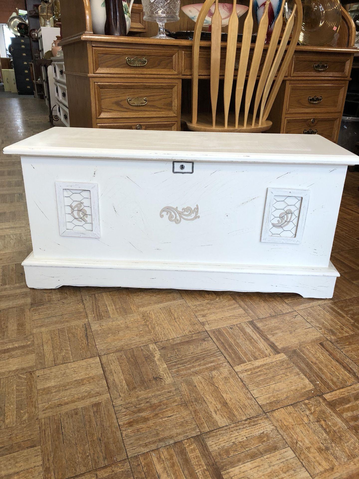 Vintage white cedar chest 40 by 19 pick up la Mesa