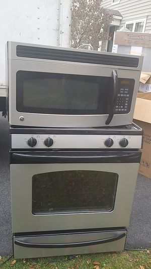Great combo microwave and gas range GE for Sale in Aspen Hill, MD