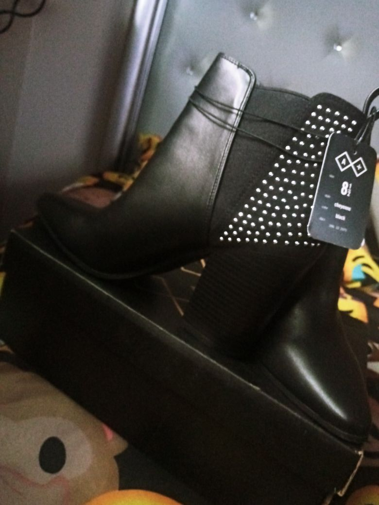 Ladies boots size 8 1/2. (Black)