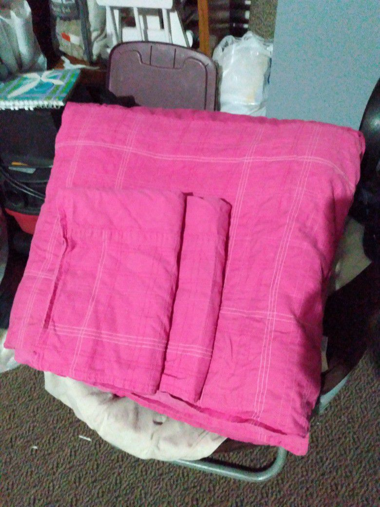 Bedspread and pillowcases in very good condition, Queen size.