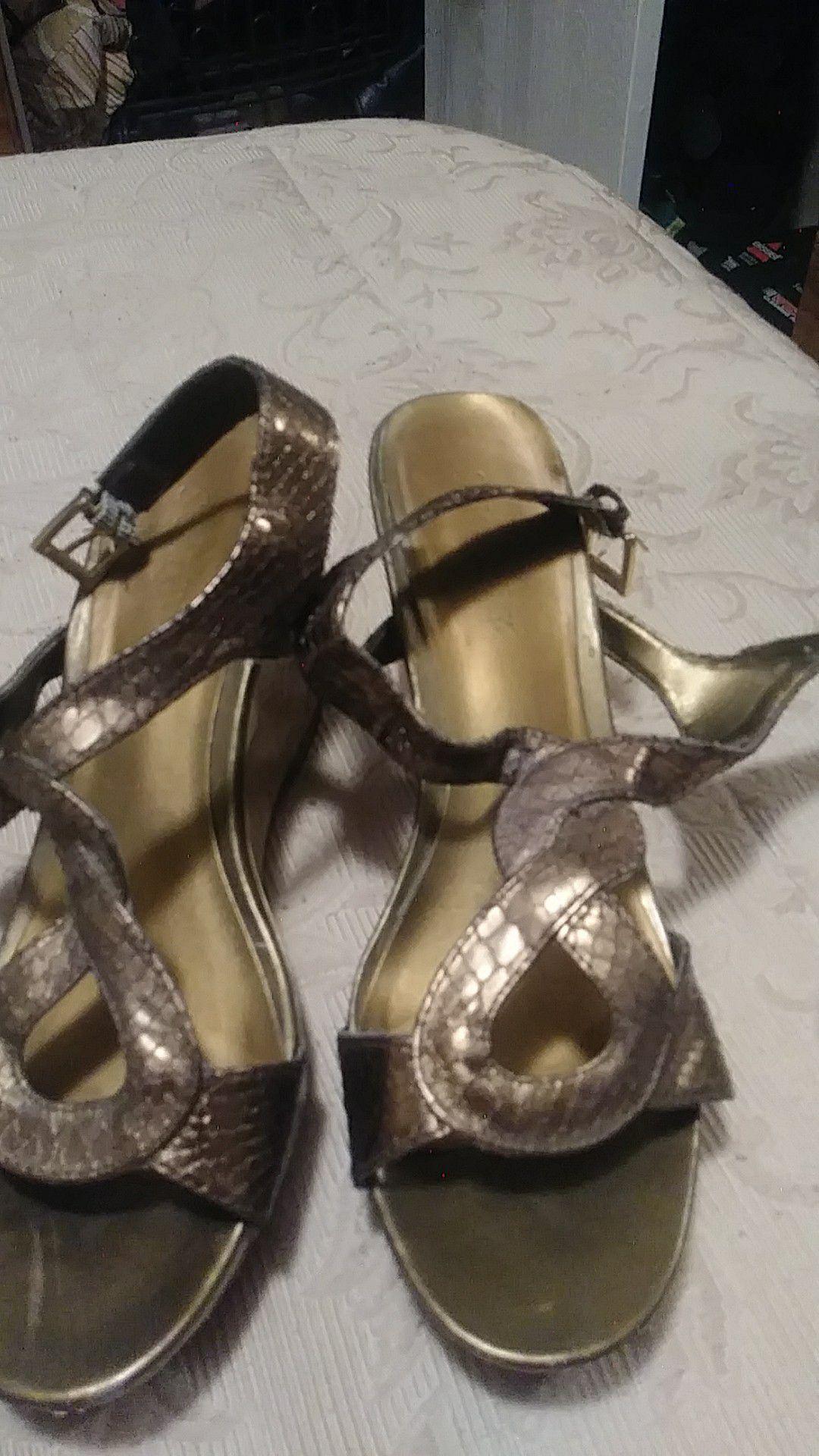 Women size 7 1/2 cute shoes look