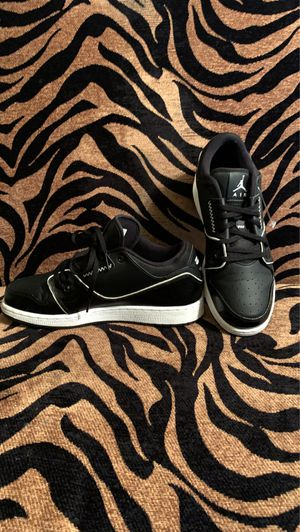 Photo Women black and white Jordans size 7
