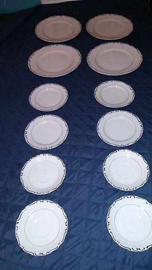 Photo VINTAGE UCAGCO HEIRLOOM FINE CHINA SET OF 12-4 PLATES, 4 SAUCERS AND 4 TEA SAUCERS