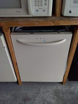 Photo Off white Kenmore dishwasher with stainless steel tub in good working condition